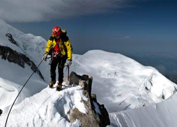 Thumbnail http://Bergsteiger%20am%20Mont%20Blanc%20mit%20Gletscherflächen%20ausgesetzt%20am%20Grat.