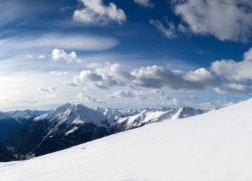 Thumbnail http://Skifahrer%20mit%20Panorama%20und%20Schäfchenwolken%20am%20blauen%20Himmel