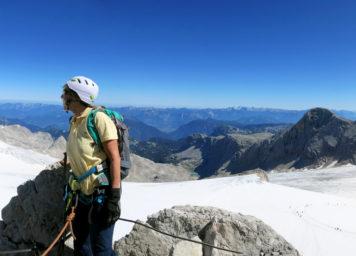 Thumbnail http://Bergsteigerin%20über%20dem%20Hallstättergletscher%20und%20Krippenstein