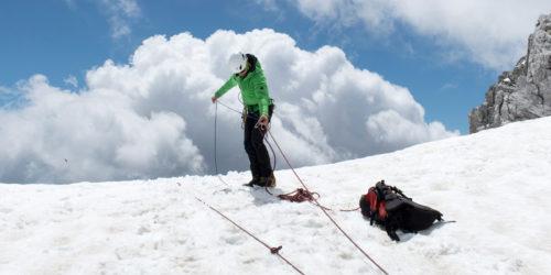 Spaltenbergung Bergsteiger am Spaltenrand mit Seiltechnik und Knoten