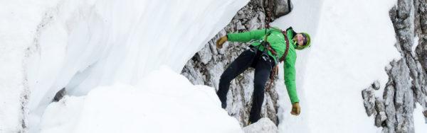 Spaltensturz Person hängt am Seil in Spalte